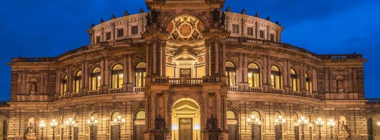 Die Dresdner Semperoper zur blauen Stunde, warm beleuchtet - BAHNHIT.DE, © getty, Foto: tichr