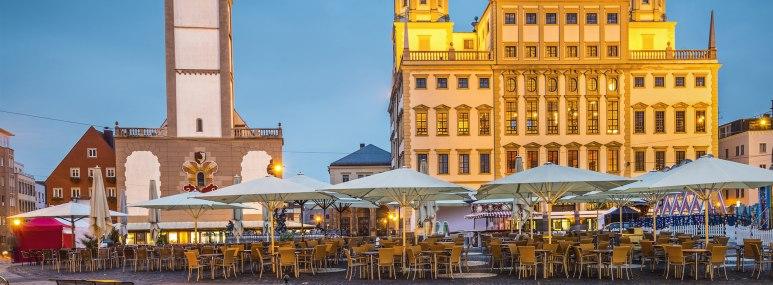 Das Rathaus und der Perlachturm am Marktplatz zu später Abendstunde - BAHNHIT.DE, © getty, Foto: SeanPavonePhoto