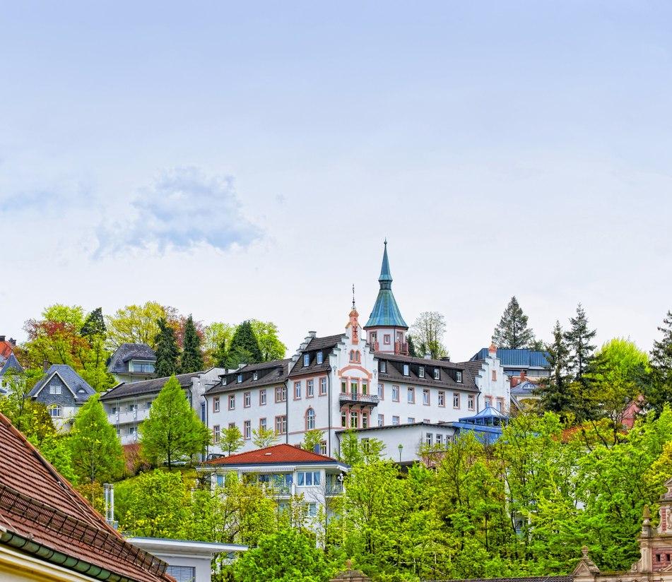Dach mit Engels-Statue, Kloster vom heiligen Grab, Baden-Baden - BAHNHIT.DE, © getty, Foto: Roman Babakin