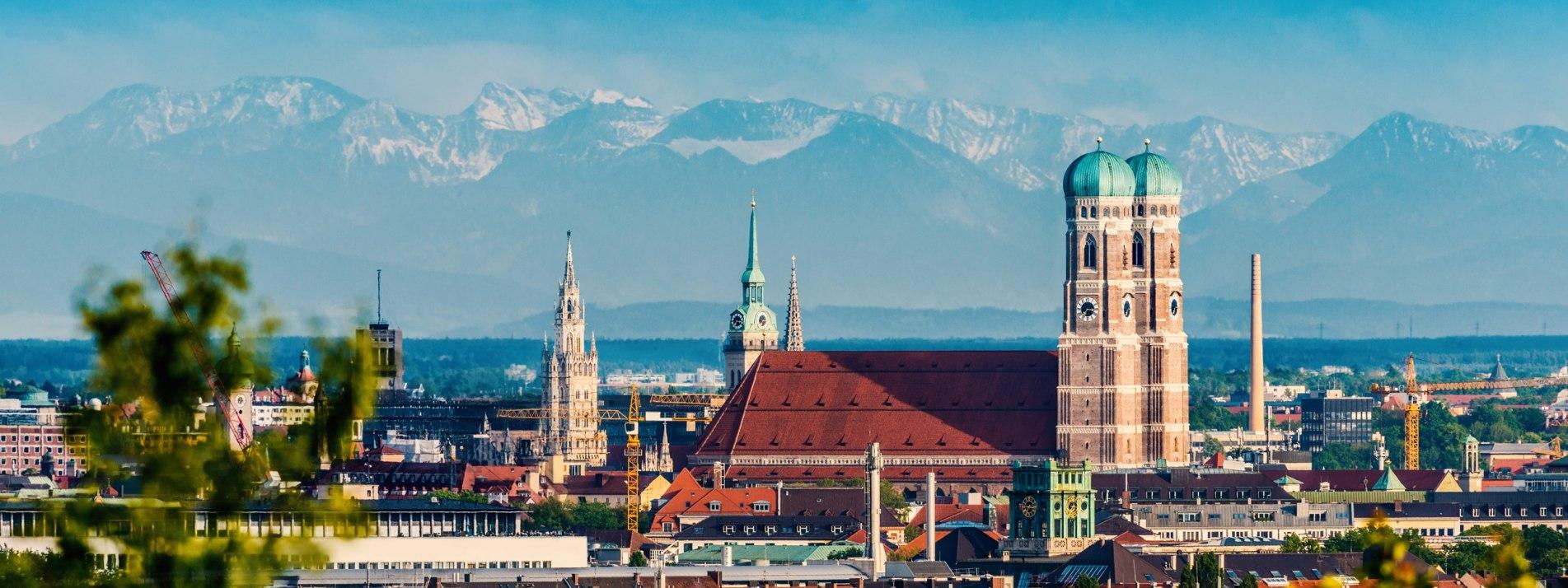 Blick auf die Alpen über den Dächern von München - BAHNHIT.DE, © getty, Foto: jotily