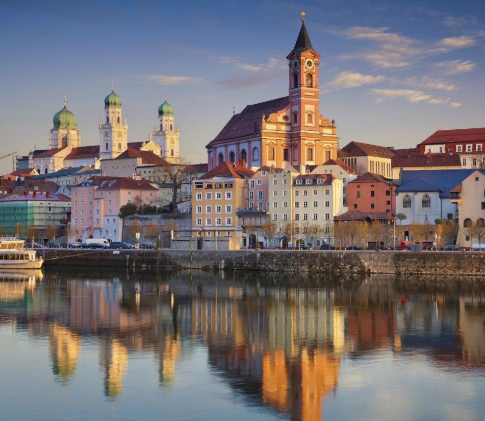 Spiegelung von Passau in der Donau bei Sonnenuntergang. - BAHNHIT.DE, © getty; Foto: Rudy Balasko