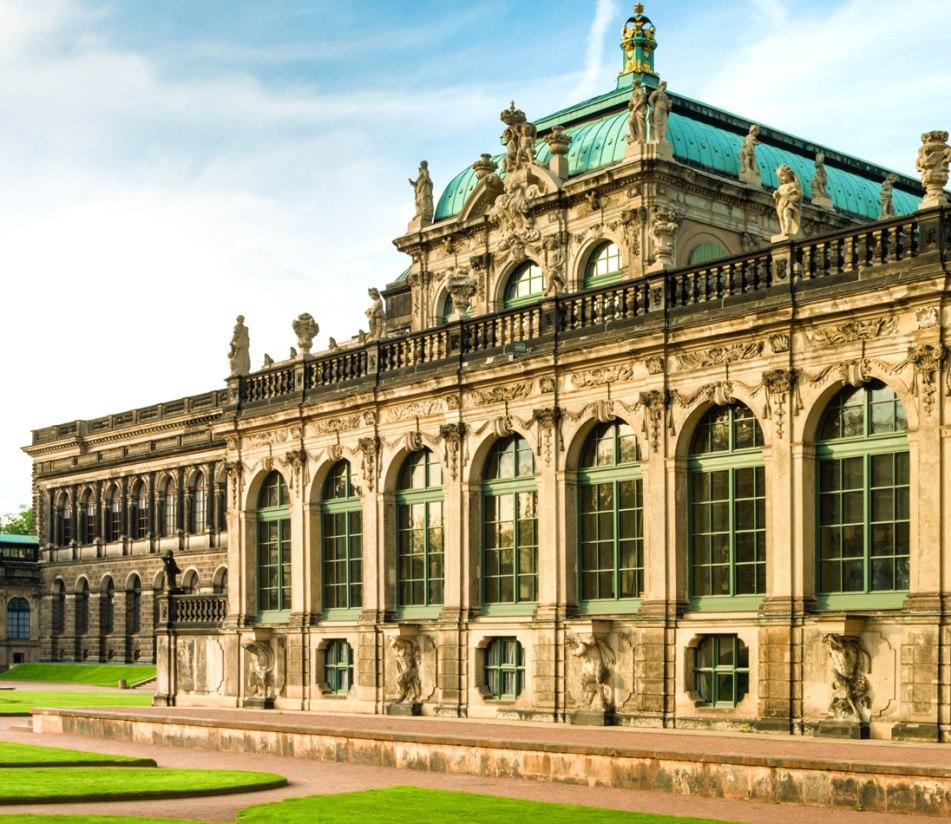 Der Prachtbau Dresdner Zwinger, Blick vom Innenhof auf die Fassade - BAHNHIT.DE, © getty, Foto: Nikada