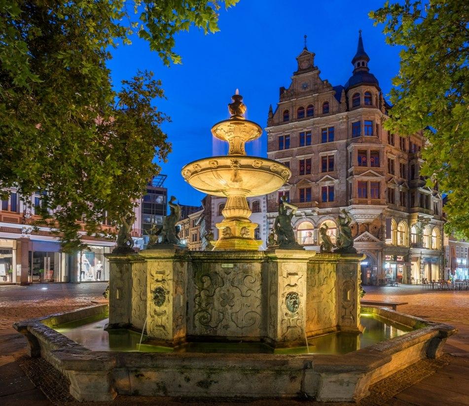 Der Heinrichsbrunnen auf in der Altstadt von Braunschweig - BAHNHIT.DE, © Getty, Foto: Westend61