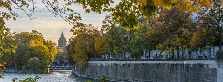 Die Isar in München im Herbst - BAHNHIT.DE, © getty, Foto: Kerstin Bittner