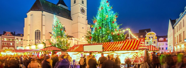 Christkindlmarkt Regensburg zu abendlicher Stunde, romantisch beleuchtet - BAHNHIT.DE, © getty, Foto: Juergen Sack