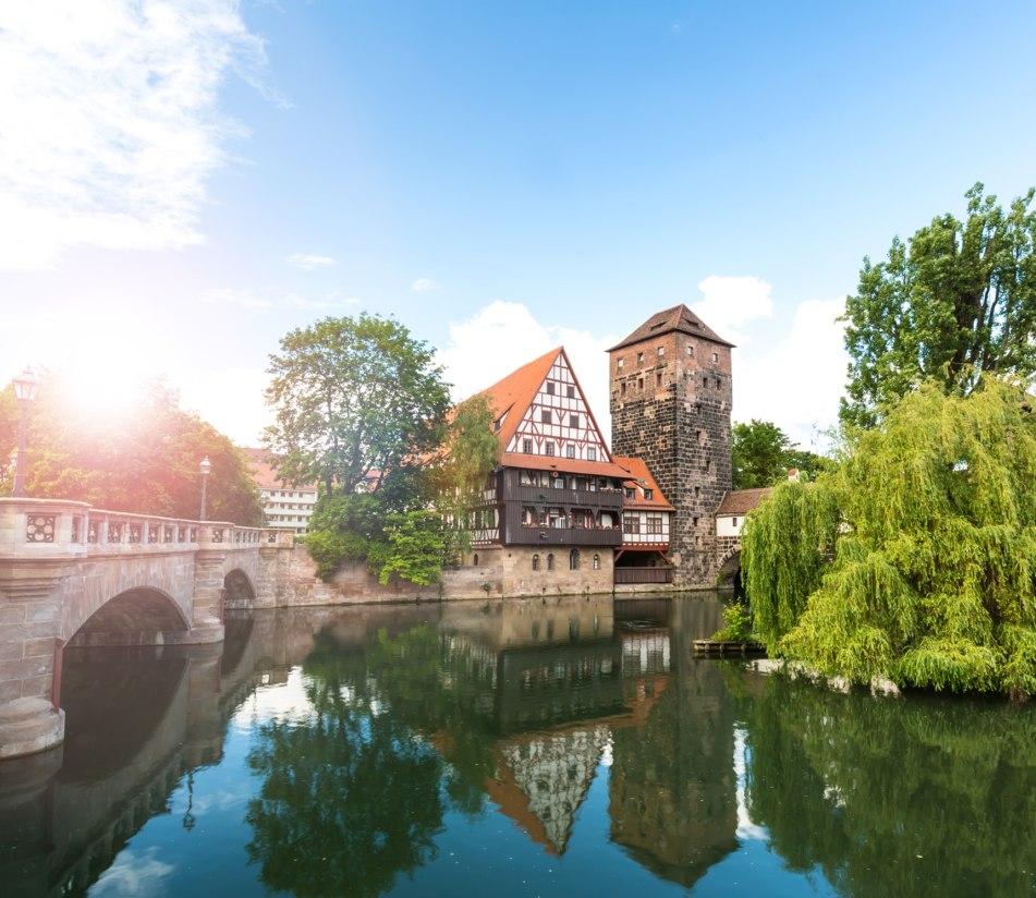 Idyllisches Altstadtpanorama Nürnbergs am Fluß - BAHNHIT.DE, © getty, Foto: querbeet