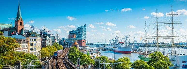 Hafenpromenade in Hamburg im Frühling - BAHNHIT.DE, © getty, Foto: fotoVoyager