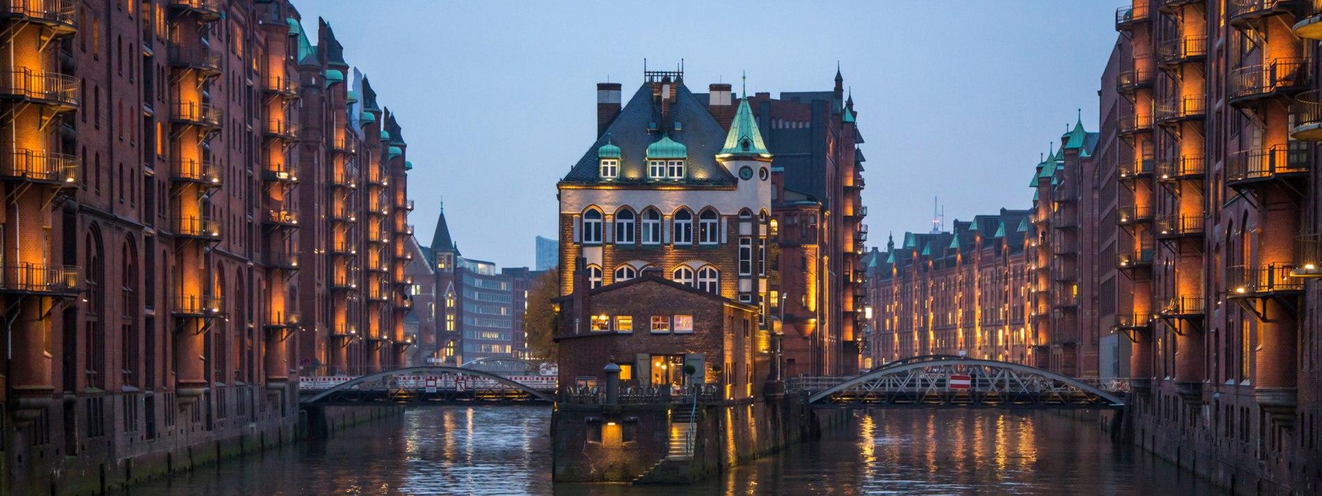 Die Speicherstadt in Hamburg bei Nacht. - BAHNHIT.DE, © getty, Foto: Victoria Wlaka