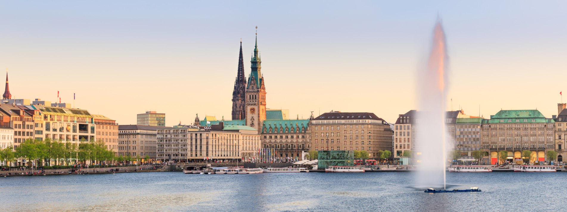 Die Alster und der Jungfernstieg in Hamburg - BAHNHIT.DE, © iStock, Photo: Fabian Wentzel