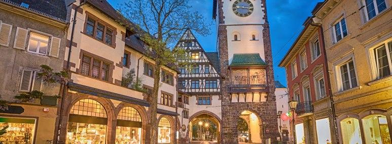 Schwabentor in der Altstadt von Freiburg. - BAHNHIT.DE, © getty, Foto: Sergey Dzyuba