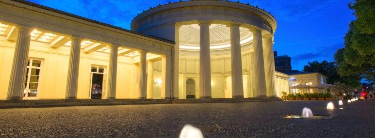 Elisenbrunnen in Aachen bei Nacht. - BAHNHIT.DE, © getty; Foto: Tutye
