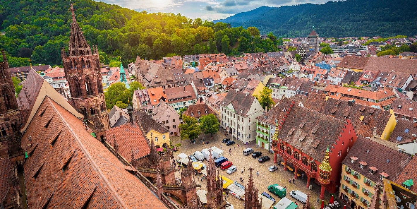 Die Altstadt von Freiburg. - BAHNHIT.DE, © getty, Foto: bluejayphoto