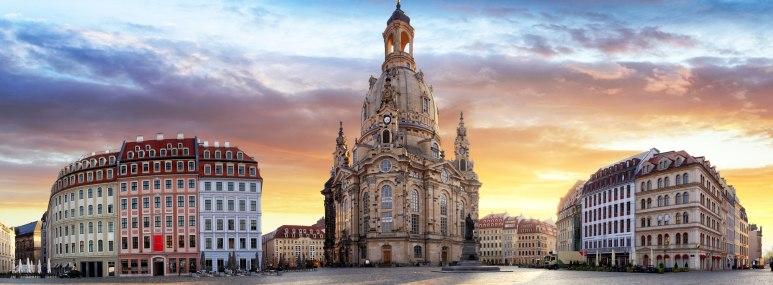 Die Dresdner Frauenkirche am menschenleeren Neumarkt bei Sonnenaufgang - BAHNHIT.DE, © getty, Foto: TomasSereda