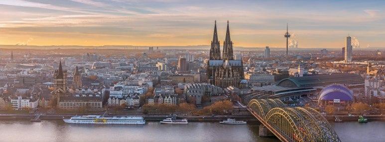 Blick auf Köln mit Hohenzollernbrücke und Dom - BAHNHIT.DE, © getty, Foto: Daniel Bellinghausen