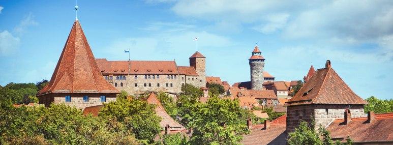 Die Burg trohnt über der Altstadt von Nürnberg. - BAHNHIT.DE, © getty; Foto: narvikk