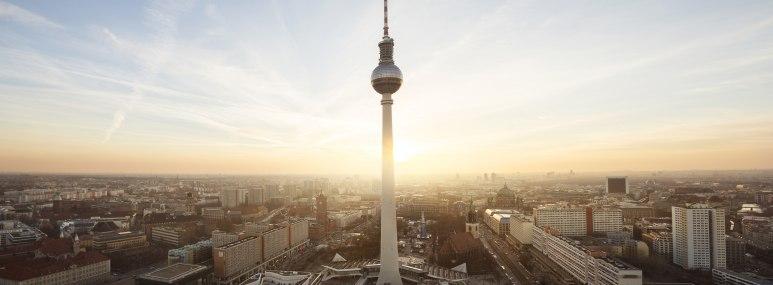 Der Berliner Fernsehturm und die City Ost bei Sonnenaufgang - BAHNHIT.DE, © Foto: Rafael Dols