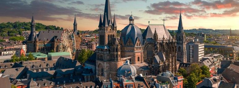 Panorama von Aachen mit Aachener Dom mit dramatischen Himmelsspiel. - BAHNHIT.DE, © getty; Foto: David J. Engel