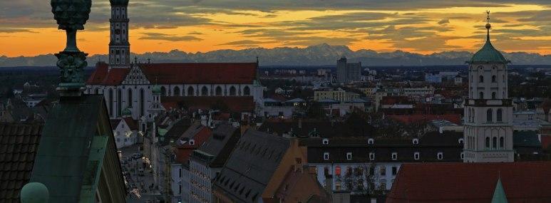 Panorama über Augsburg bei Nacht. - BAHNHIT.DE, © Regio Augsburg Tourismus GmbH