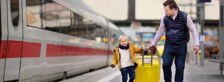 Städtereise Familienreisen Bahnhof mit Kind - BAHNHIT.DE, © getty, Foto: Maria Sbytova