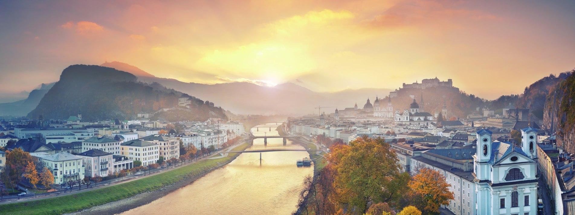 Panoramafoto von Salzburg während eines herbstlichen Sonnenaufgangs - BAHNHIT.DE, © getty, Foto: RudyBalasko