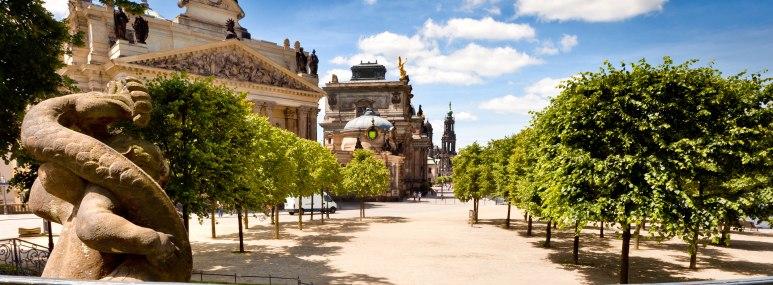 Blick vom Brühlschen Garten über die Brühlsche Terrasse. Linkerhand die Kunstakademie, die Türme des Ständehauses und der Hofkirche sind in der Ferne zu sehen - BAHNHIT.DE, © getty, Foto: TommL