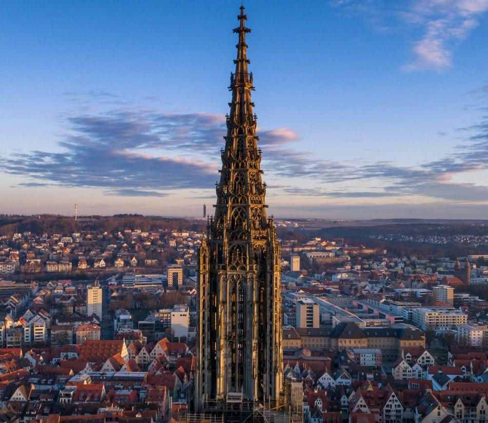 Kirchturm des Ulmer Münsters im Abendlicht - BAHNHIT.DE, © getty, Foto: Luis Pina / EyeEM