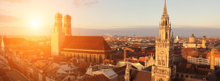 Die Frauenkirche in München im Sonnenuntergang - BAHNHIT.DE, © getty, Foto: alexsl