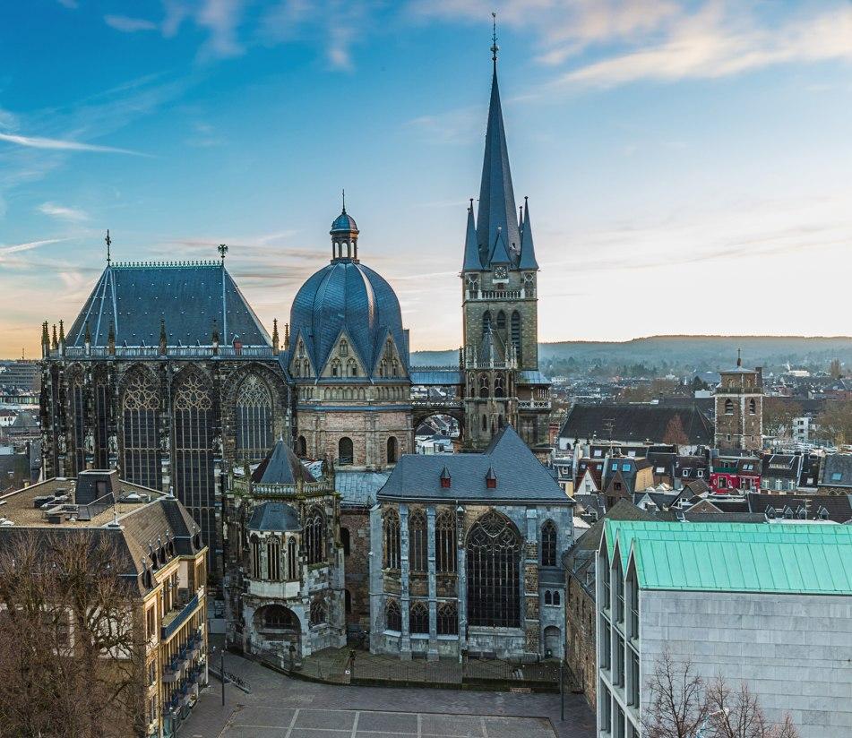 Blick auf den Vorplatz des Aachener Doms - BAHNHIT.DE, © getty, Foto: Rafael Classen