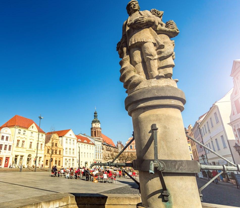 Brunnen am Marktplatz von Cottbus - BAHNHIT.DE, © getty, Foto: querbeet