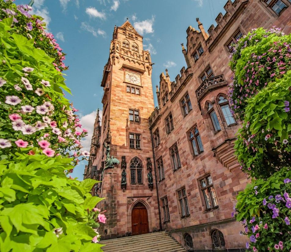 Das Rathaus von Saarbrücken im Frühling - BAHNHIT.DE, © Getty, Foto: frantic00