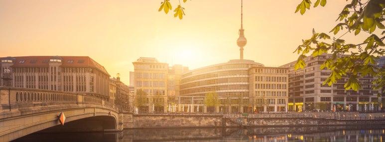 Die Berliner Friedrichsbrücke führt über die Spree und verbindet die Museumsinsel mit der Uferpromenade Richtung Hackescher Markt - BAHNHIT.DE, © getty, Foto: Matthias Makarinus