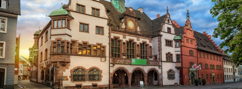 Die malerische Altstadt mit Rathaus von Freiburg - BAHNHIT.DE, © getty, Foto: Sergey Dzyuba