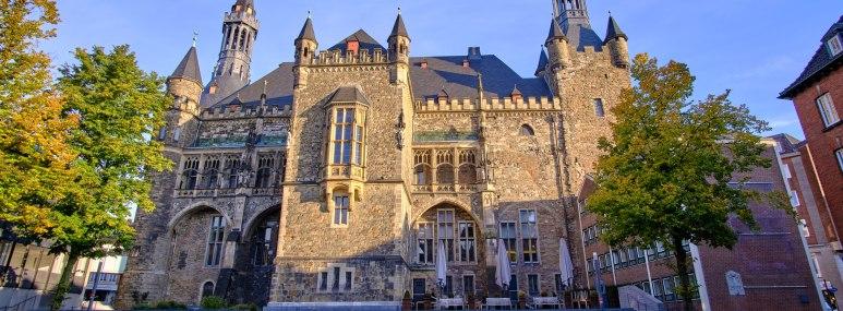 Blick auf das Rathaus von Aachen. - BAHNHIT.DE, © getty; Foto: Christoph Pelz